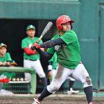 南海日日新聞社:3回、3点目の適時打を放った奄美の松田=8日、名瀬運動公園市民球場