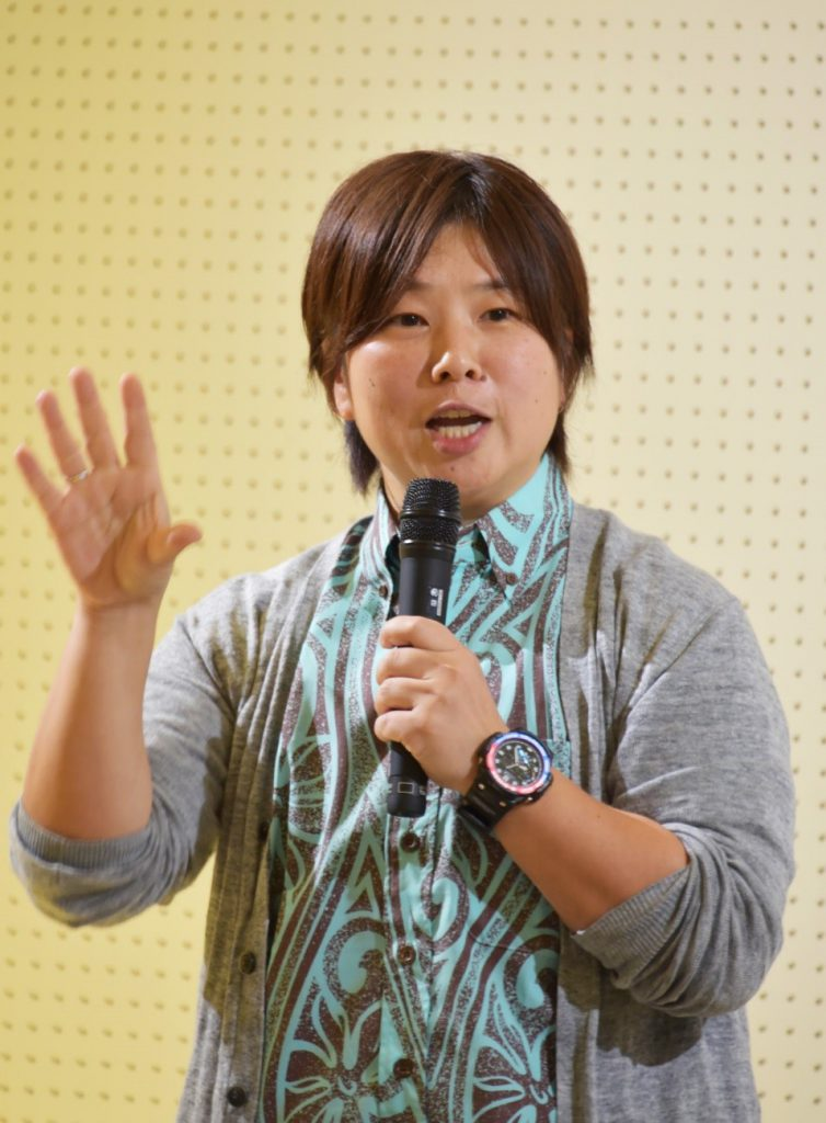 ザトウクジラの生態などを報告した小林さん23日、奄美市名瀬
