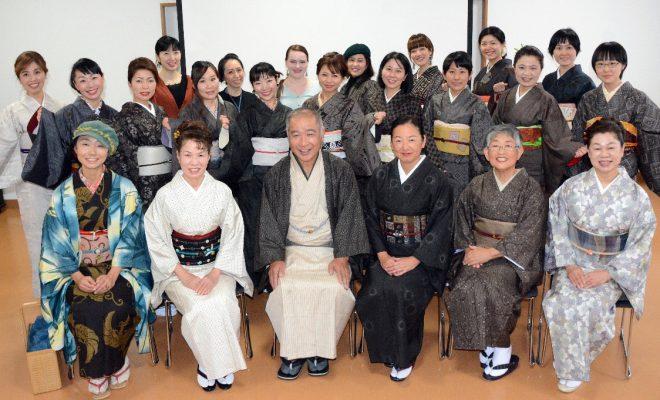 南海日日新聞:写真:大島紬の魅力などを発信する「大島紬アンバサダー」の発足式に参加した会員ら=11日、龍郷町