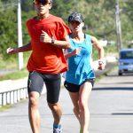 南海日日新聞 写真:30キロ走に汗を流す西田選手(右)=2日、奄美市名瀬の古見方ロードコース