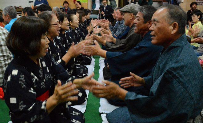 南海日日新聞〔写真〕男女が向き合って唄掛けと手踊りを楽しんだ旧正月の伝統行事「節田マンカイ」=25日、奄美市笠利町節田