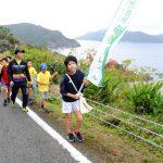 南海日日新聞〔写真〕大島海峡の景色を楽しみながら歩くウオーキングイベント参加者=26日、瀬戸内町