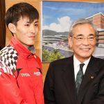 南海日日新聞〔写真〕朝山市長と握手する服部選手(左)=17日、奄美市役所