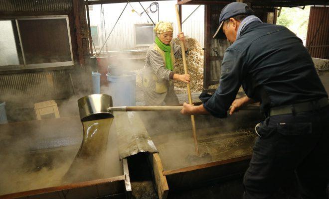 製糖シーズン到来!水間製糖で出来立てほやほやの「鍋かき黒糖」を食らう!