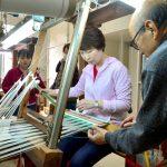 南海日日新聞:〔写真〕締め工程を体験するツアー参加者=23日、奄美市産業支援センター