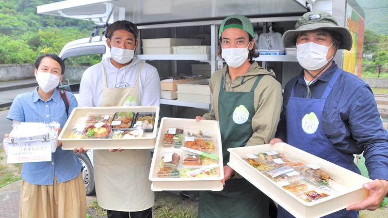 南海日日新聞〔写真〕移動販売車で夕ご飯用総菜などの販売を始めた、まるごと大和村のメンバーら=12日、大和村津名久