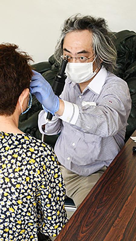 南海日日新聞〔写真〕小型機を操縦して来島し、徳之島の患者を診察する川畑医師(右)=5月29日、徳之島