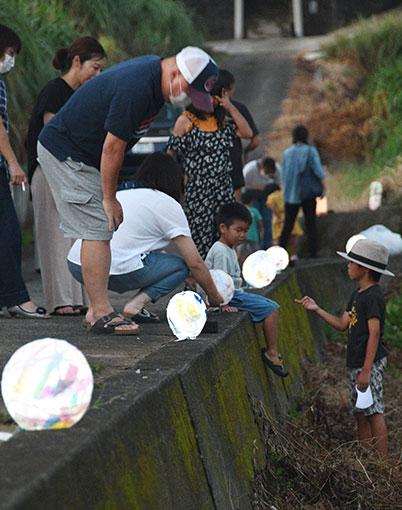 南海日日新聞〔写真〕住民が製作した灯籠をライトアップしたキャンドルナイト=8日、伊仙町阿権