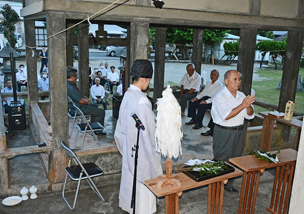 南海日日新聞〔写真〕約40人が参列した偲ぶ会の例祭=24日、和泊町の南洲神社