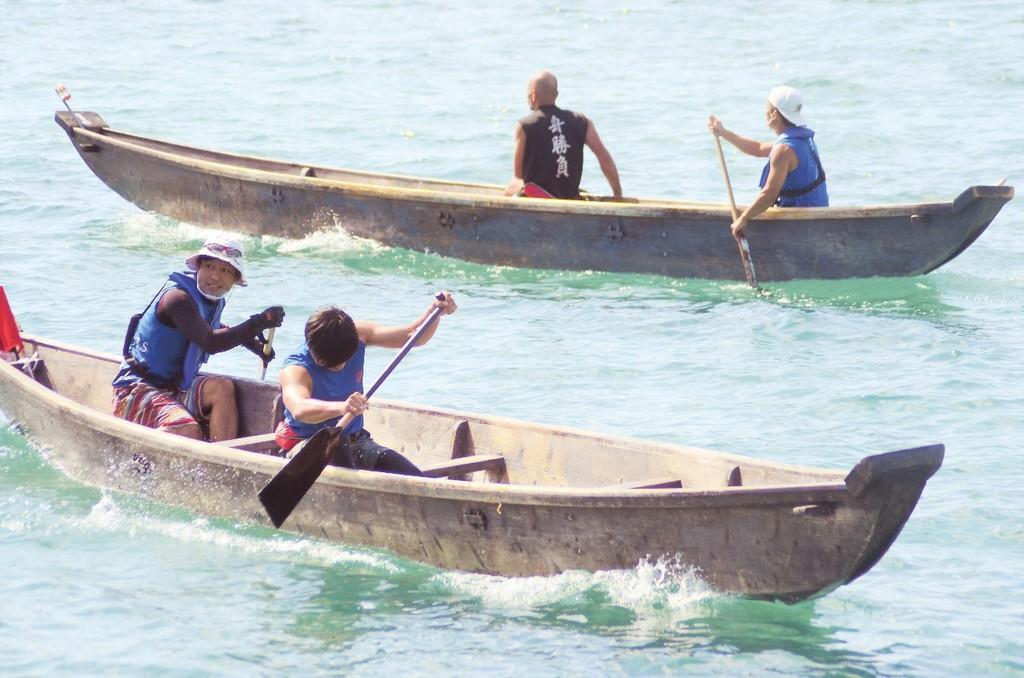 南海日日新聞〔写真〕熱戦が繰り広げられた板付け舟の1人こぎ大会=25日、瀬戸内町手安