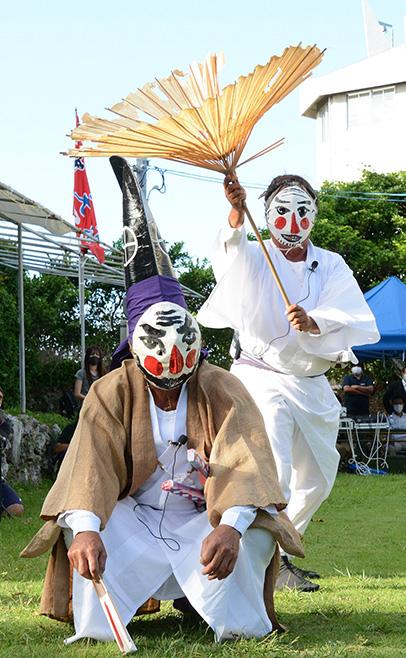 南海日日新聞〔写真〕与論十五夜踊の演目の一つ、「三者囃子(さんばすう)」。破れ傘を買わされた家来(写真右)と、それをたしなめる大名(写真左)のユニークな踊り=1日、与論島の地主神社
