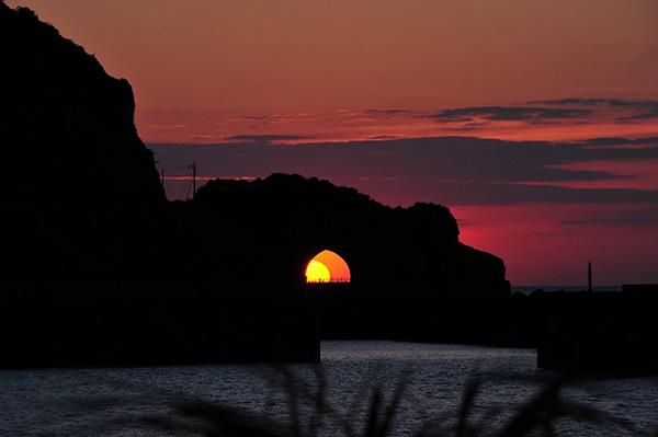 南海日日新聞〔写真〕トンネル越しに出現した「龍の目」=2日、龍郷町円(吉行さん撮影)