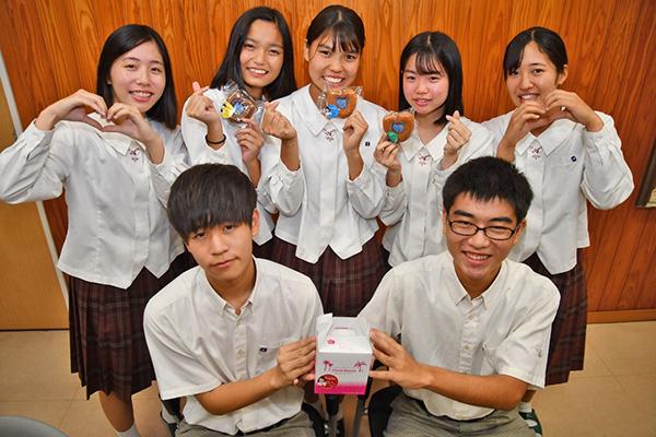 南海日日新聞〔写真〕オリジナル焼きドーナツをPRする奄美高校の生徒