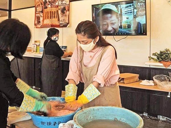 南海日日新聞〔写真〕リモートで泥染めを体験する参加者(画面に山元さん)=28日、愛知県小牧市