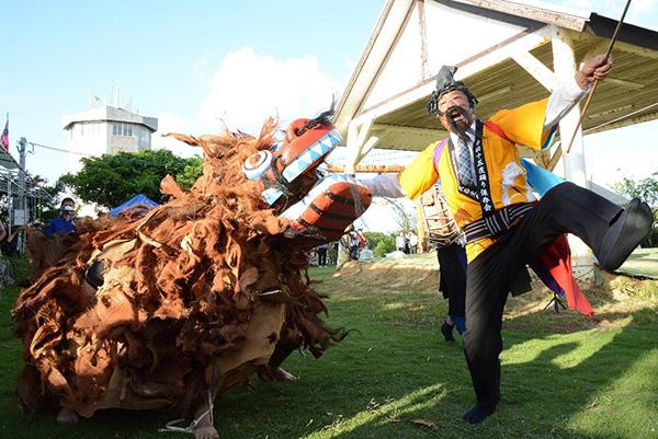 南海日日新聞〔写真〕会場を盛り上げた「獅子舞い」=1日、与論島の地主神社