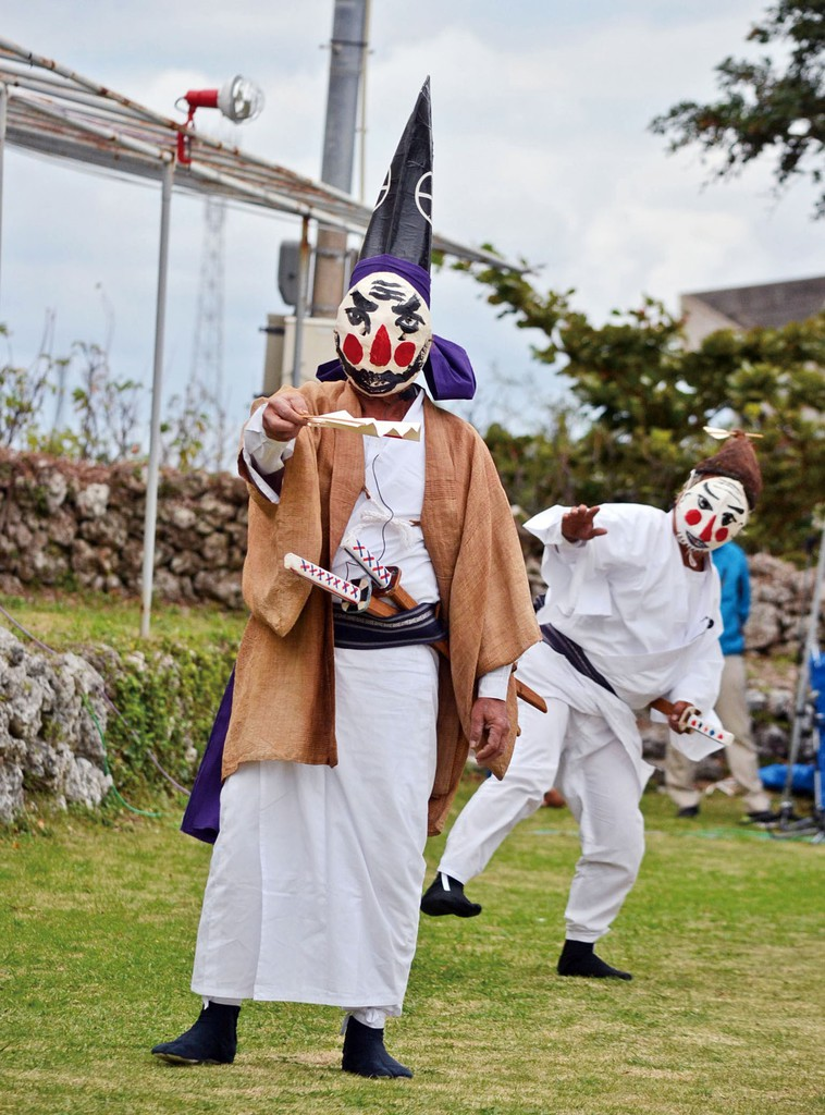 南海日日新聞南海日日新聞〔写真〕一番組が奉納した「三者囃子」=11月29日、与論町の地主神社