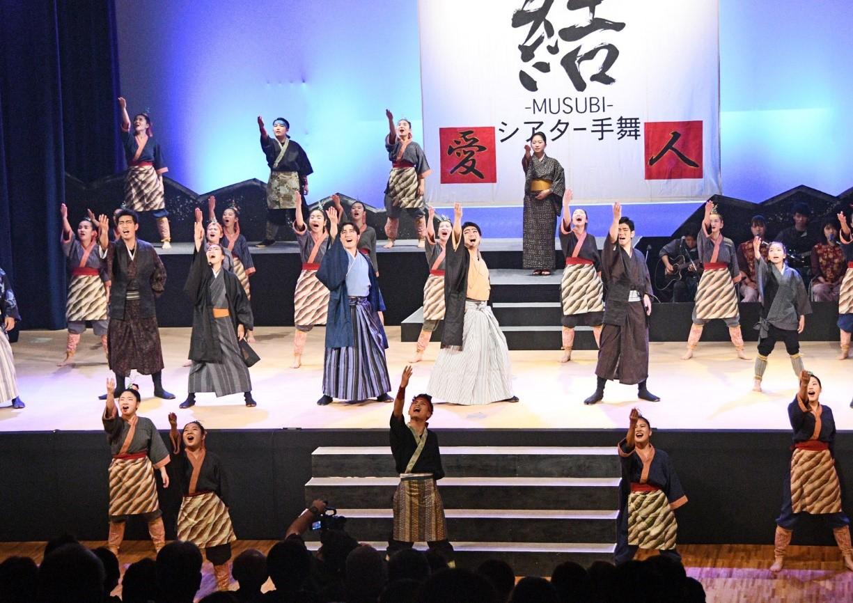 南海日日新聞〔写真〕迫力あるダンスで観客を魅了した島口ミュージカル「結―MUSUBI―」=20日、天城町防災センター